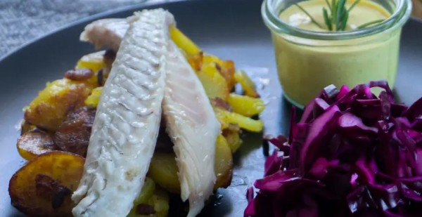 gerauecherter_seawaterfish-wolfsbarsch-auf-bratkartoffelnW0cyB4U3kXuqK