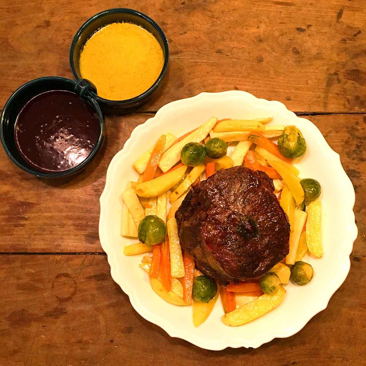 Festtagsbraten mit Wintergemüse und zweierlei Saucen