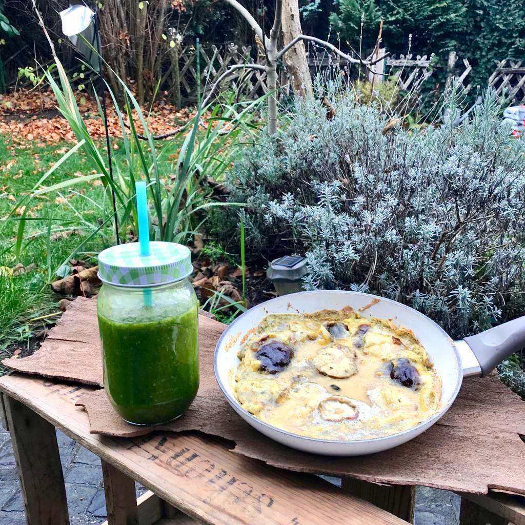 Shitake-Pilz-Omelett und grüner Postelein Smoothie